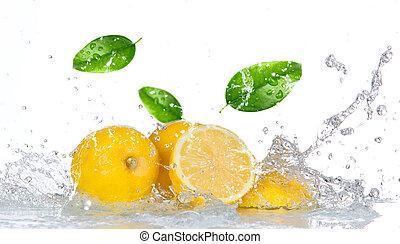 limón, con, agua, salpicadura, aislado, blanco