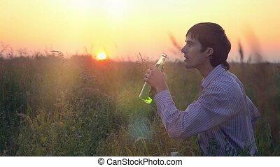 limonade, coureur, boisson, jeune, champ, dehors, reposer, boire, apprécier