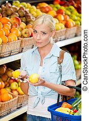 limones, manos, escoger, fruits, niña, mercado