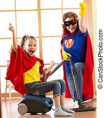 limpador, mulher, filha, família, room., vestido, mãe, -, floor., enquanto, limpeza, ter, vácuo, divertimento, usando, superheroes, criança