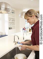 limpiador, trabajando, en, cocina doméstica