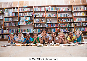 lindo, alumnos, piso, biblioteca, profesor, acostado