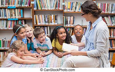 lindo, alumnos, y, profesor, lectura, en, biblioteca