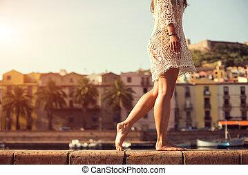 lindo, ambulante, mujer, verano, joven, ocaso, vestido