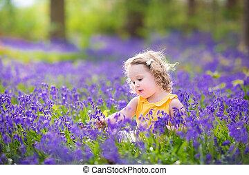 lindo, bebé, bluebell, primavera, niña, flores