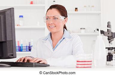 lindo, científico, mecanografía, un, informe, con, ella, computadora