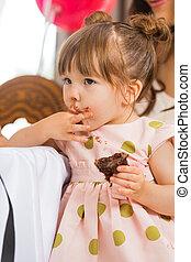 lindo, comida, glaseado, ella, cara, pastel, niña