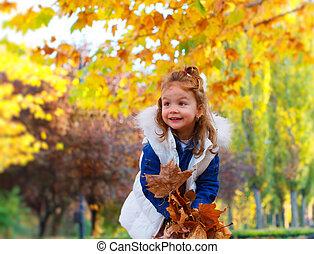 lindo, el jugar del niño, con, otoño sale