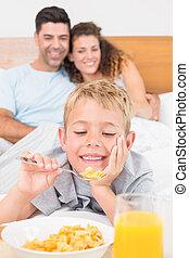 lindo, familia joven, teniendo, desayuno en cama