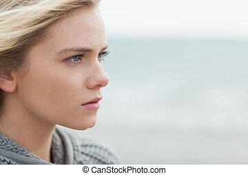 lindo, mujer, arriba, serio, cierre, playa, vista lateral