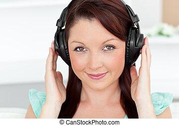 lindo, mujer, con, auriculares, en