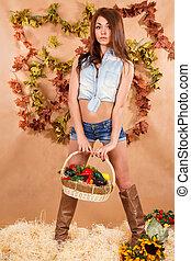 lindo, mujer joven, permanecer, un, heno, con, un, cubo, de, vegetales