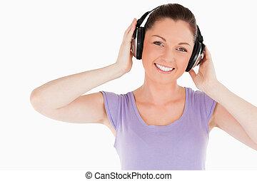 lindo, mujer, posar, con, auriculares, mientras, posición