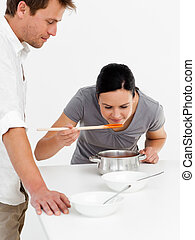 lindo, mujer, saboreo, ella, sopa, con, ella, marido, en la cocina