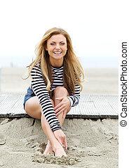 lindo, mujer sonriente, playa, joven
