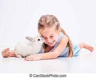 lindo, niña, blanco, sonriente, conejo