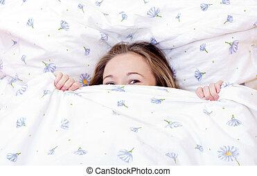lindo, niña, joven, cama, descansar