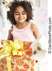 lindo, niña, mirar fijamente, en, el, regalo de cumpleaños