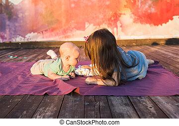 lindo, niño, bebé, niño, y, niña, acostado, en, manta, en, día de verano, en, nature., hermano y hermana, concepto