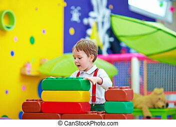 lindo, niño, jugar juguetes, en, guardería infantil, habitación