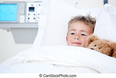 lindo, niño pequeño, cama del hospital, enfermo, acostado