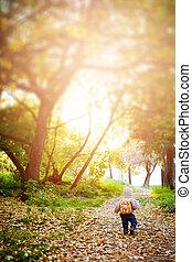 lindo, niño pequeño, divertido, bosque, viajar, ropa
