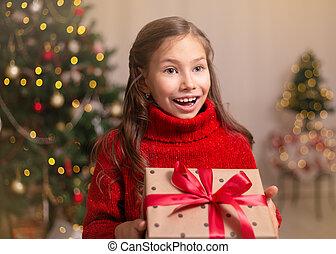 230727a581 lindo, niño pequeño, niña, con, presente, caja obsequio, cerca,