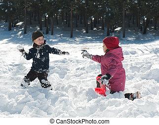 lindo, niño y niña, jugar con, nieve, en, invierno
