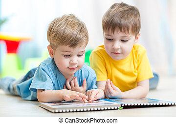lindo, niños, en casa, lectura