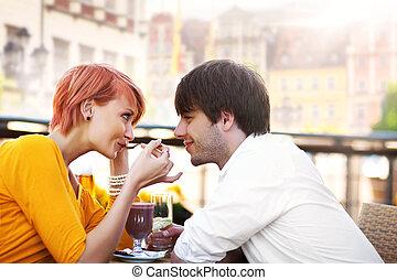 lindo, pareja joven, comer el almuerzo