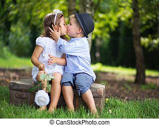 lindo, pareja, otro, cada, besar, niños