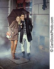 lindo, pareja, paraguas, inmenso