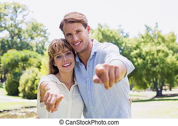 lindo, pareja, señalar con el dedo hacerlo/serlo, el, cámara