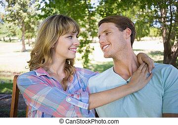 lindo, pareja, sentar banco, en el parque