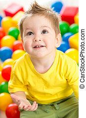 lindo, pelotas, punta llena de color, juego, niño, niño, o, ...