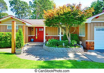 lindo, pequeño, excursionista, casa, con, puerta roja, y, blanco, trim.