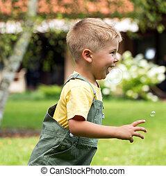 lindo, perseguir, niño, pequeño, burbujas, jabón