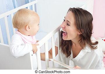 lindo, pesebre, reír, madre, bebé, retrato, feliz