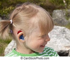 lindo, poco, (4, años, old), ayuda, niña, oído, feliz