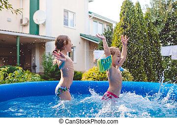 lindo, poco, salpicar, inflable, dos, juego, alegre, saltar, diversión, hermanas, traspatio, teniendo, piscina