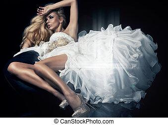 lindo, rubio, mujer, en, magnífico, vestido