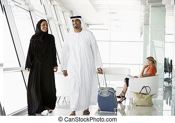 linha aérea, passageiros, esperando, em, portão partida