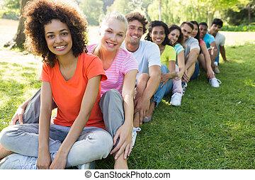 linha, amigos, multiethnic, sentando