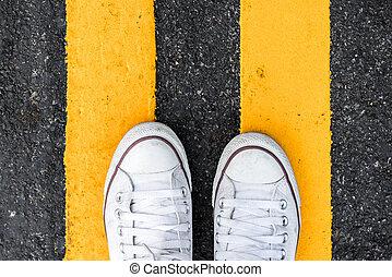 linha, vista, sneakers, novo, estrada, ficar, amarela, acima, topo