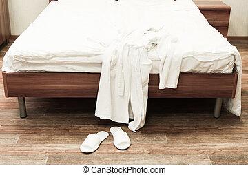 linnetyg, hotell, badkappa, säng, vit, tofflor