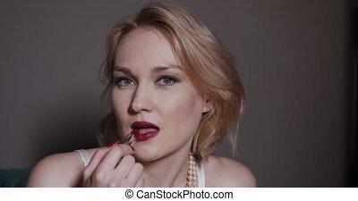 lips., blondynka, kładzenie, szminka, czerwony, kobieta