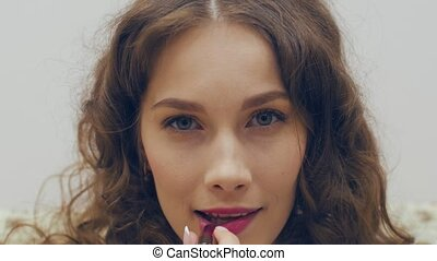 lipstick., patrząc, kobieta, kieszeń, kładzenie, lustro, czerwony