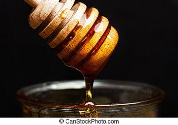 liquida, sobre, miel, negro, fondo