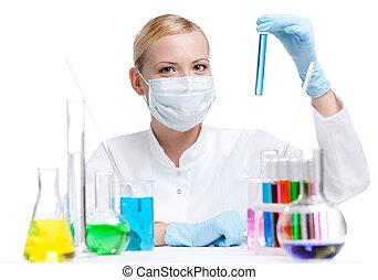 liquide bleu, fiole, tient, respirateur, femme, chimiste