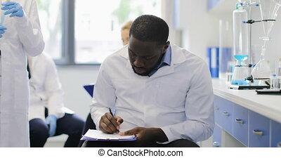 liquide, chercheur, notes, quoique, américain, scientifique, africain femelle, essai, laboratoire, analyser, fabrication tube